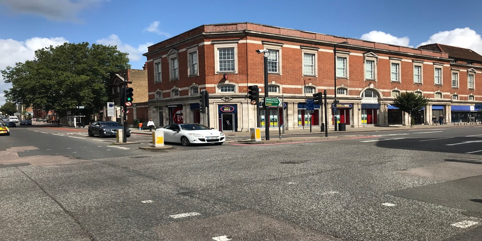 A1/A2 USE – PRIME LOCATION CORNER SHOP WITH PARKING TO LET