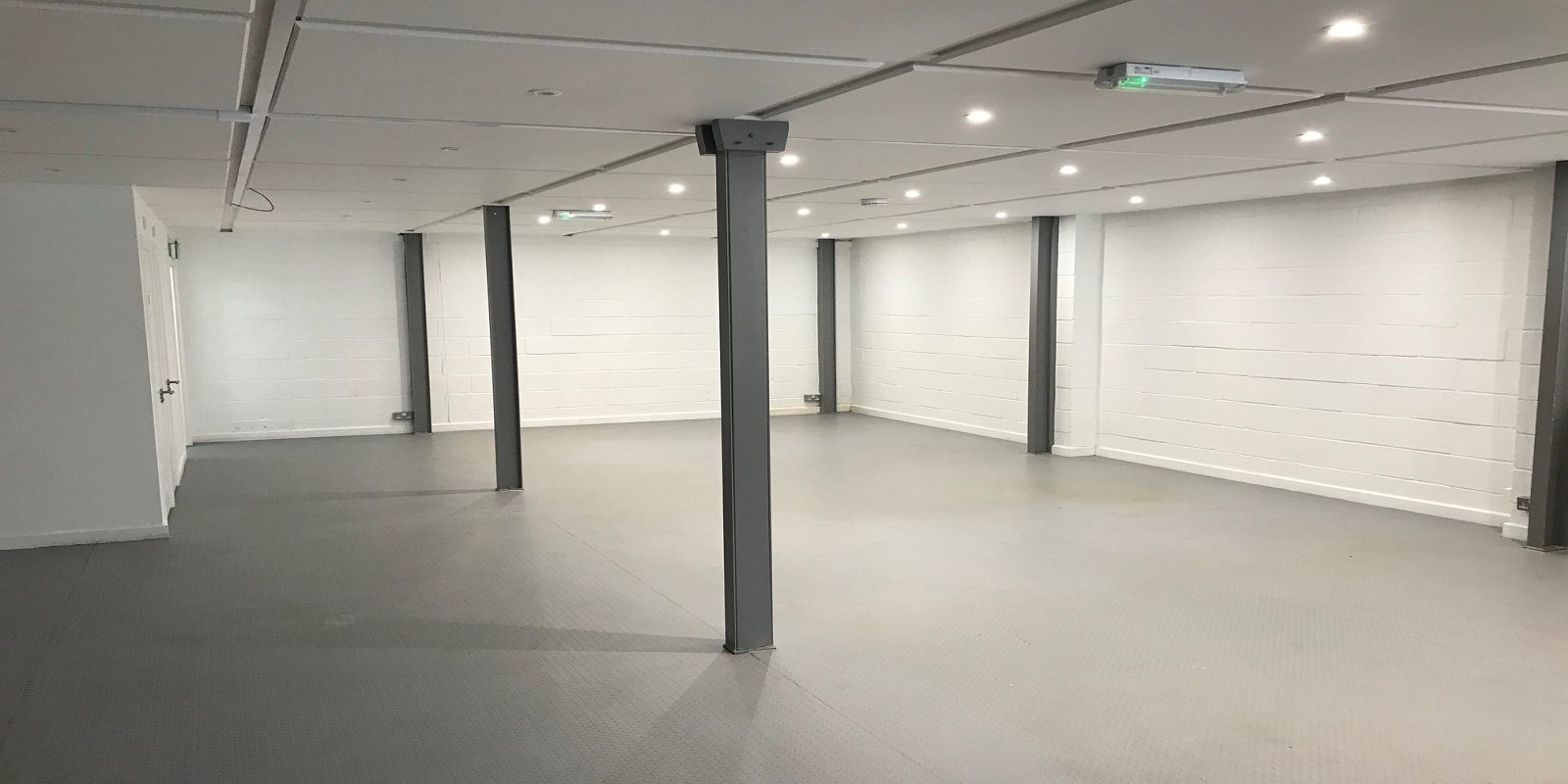 MODERN REFURBISHED INDUSTRIAL BUILDING WITH PARKING TO LET